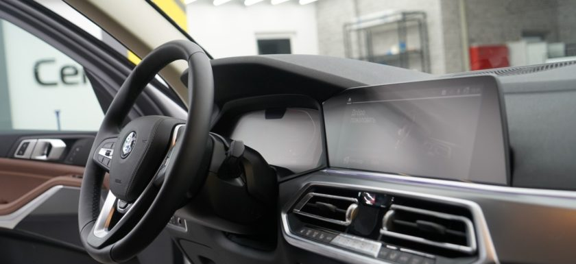Оклейка виниловой плёнкой деталей салона автомобиля