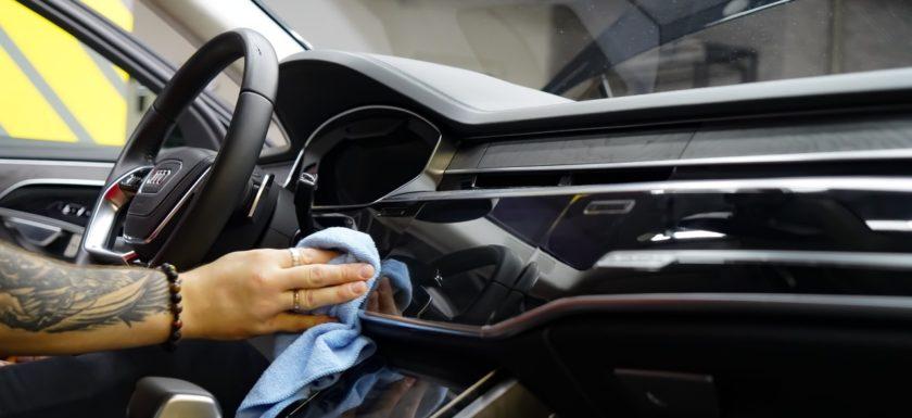 Оклейка карбоновой плёнкой салона автомобиля